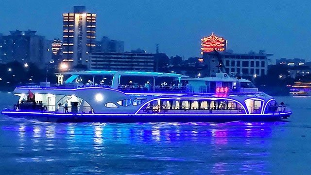 """Trung Quốc """"trình làng"""" tàu chở khách chạy bằng điện lớn nhất"""