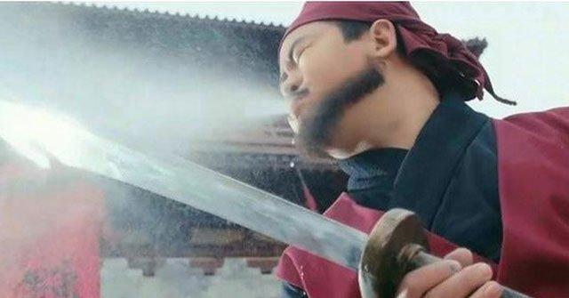 Trước khi xử tử phạm nhân, vì sao đao phủ Trung Hoa xưa lại phải phun rượu lên lưỡi đao?