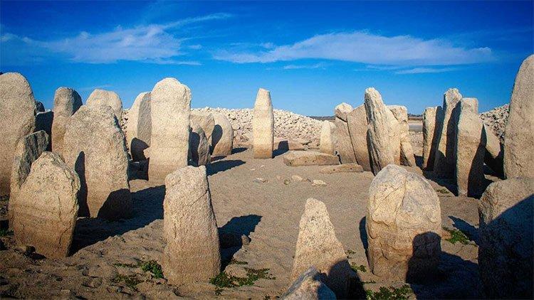 Tượng đài cự thạch 5.000 năm nhô lên dưới hồ sau đợt hạn hán