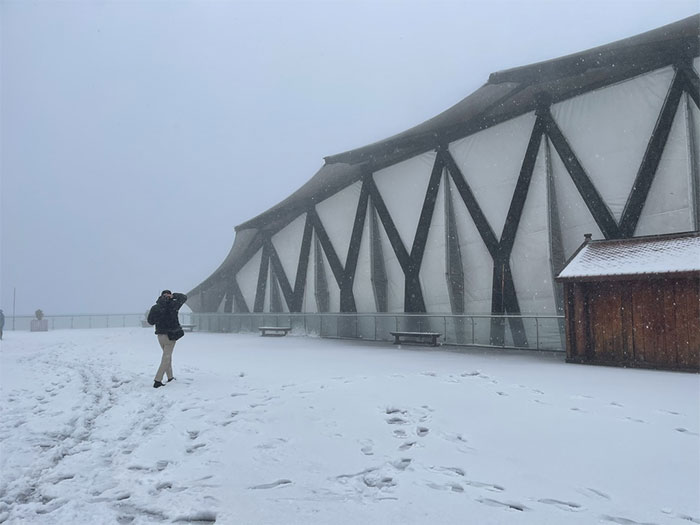 Tuyết bất ngờ rơi dày đặc trên đỉnh Fansipan
