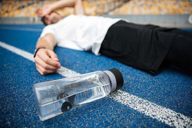 Uống nước nhiều quá cũng không tốt. Những nhóm người nào không nên uống nhiều nước?