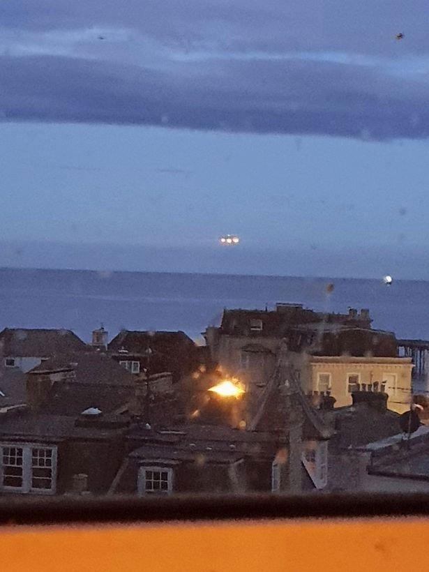 Vật thể lạ lơ lửng trên biển được chụp lại ở Anh