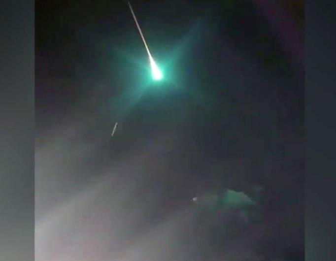 Vật thể màu xanh bí ẩn phát sáng trên bầu trời đêm nước Úc