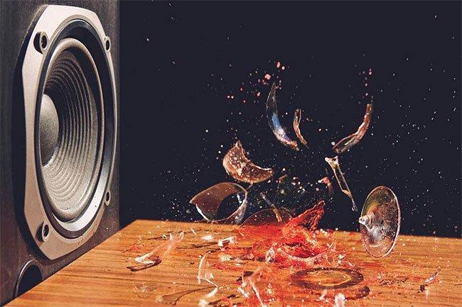 Vì sao âm thanh có thể làm vỡ ly thủy tinh?