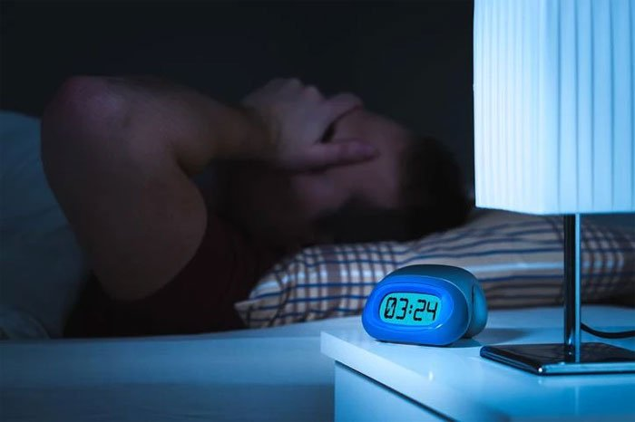 Vì sao càng mất ngủ, bạn càng khó ngủ?