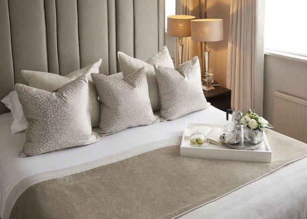 Vì sao giường khách sạn luôn đặt nhiều gối dù chỉ 1 người nằm?