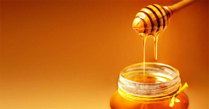 Vì sao mật ong chảy thành dòng chứ không phải chảy nhỏ giọt?