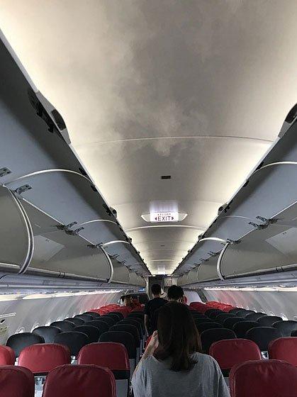 Vì sao máy bay mở điều hòa tỏa hơi sương mỗi khi cất, hạ cánh?
