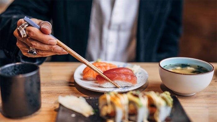Vì sao người châu Á lại ăn bằng đũa?