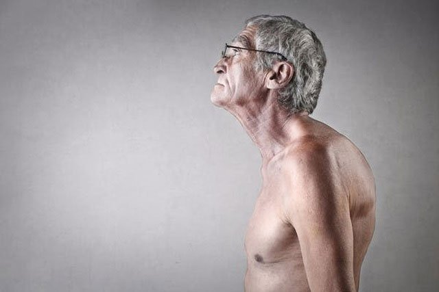 Vì sao người già lại thấp đi?