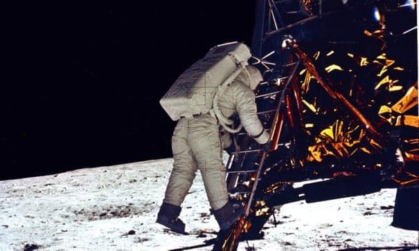 Vì sao nhiều người cho rằng phi hành gia Mỹ đặt chân lên Mặt trăng là giả mạo?