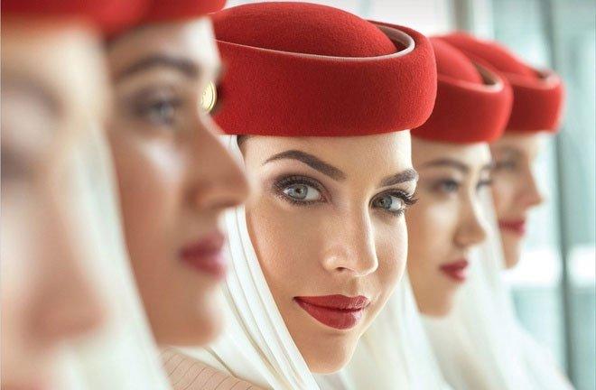 Vì sao tiếp viên hàng không luôn tô son đỏ?