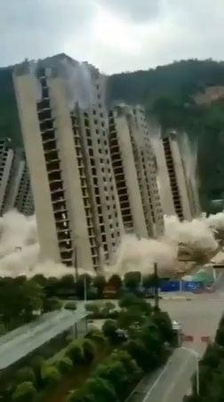Video: 15 tòa cao ốc cùng sụp đổ thành cát bụi chỉ trong vài giây