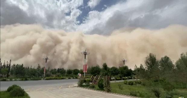 Video: Bức tường cát cao 100 mét nuốt chửng 1 thành phố Trung Quốc