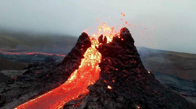 Video: Cảnh núi lửa phun trào sau nhiều năm ngủ yên được quay bằng drone