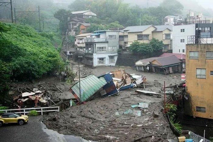 Video: Khoảnh khắc lở đất kinh hoàng chôn vùi hàng chục ngôi nhà ở Nhật Bản
