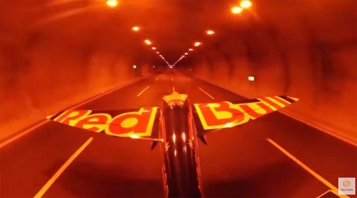 Video: Phi công lái máy bay xuyên 2 hầm đường bộ, lập cùng lúc 5 kỷ lục thế giới
