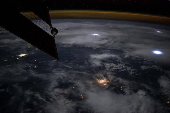 Video: Tia sét nhìn từ không gian