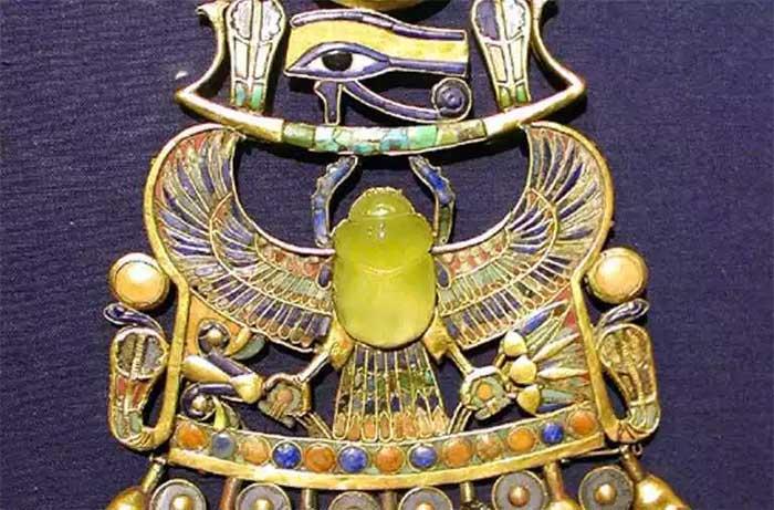 Viên đá 29 triệu năm tuổi trên vòng cổ của pharaoh Tutankhamun