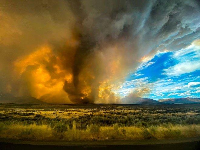 Vòi rồng lửa siêu hiếm xuất hiện trong trận cháy rừng ở Bắc California