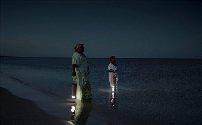WaterLight - Đèn xách tay có thể sạc bằng nước muối hoặc nước tiểu