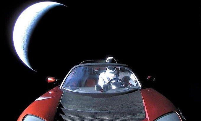 Xe điện Tesla chở người nộm lần đầu bay gần sao Hỏa