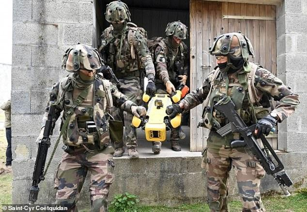 Xem chó robot trị giá 1,7 tỷ đồng của quân đội Pháp trổ tài chiến đấu