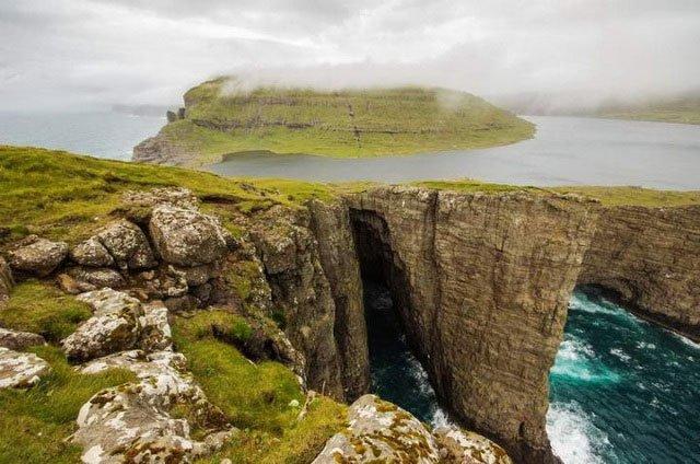 Hồ nước đặc biệt nằm lưng chừng giữa trời và vực biển