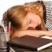 5 bệnh dễ mắc nếu thường xuyên ngủ gục đầu trên bàn
