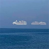 Ba tàu du lịch nối đuôi nhau