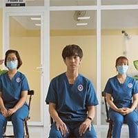 Bác sĩ hướng dẫn F0 ở nhà tập thở phục hồi phổi