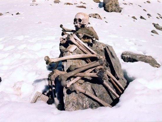 Bí ẩn hồ xương người khổng lồ trên đỉnh Himalaya
