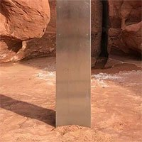 Bí ẩn về khối kim loại sa mạc được phơi bày nhờ người dùng Internet