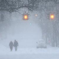 Bờ Đông nước Mỹ trắng xóa trong bão tuyết cuối đông