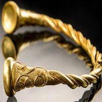 Bộ trang sức vòng vàng 2.500 năm trên cánh đồng Anh