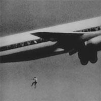 Bóng người nhỏ bé đột nhiên rơi khỏi máy bay chỉ ít giây sau khi cất cánh, tạo ra bi kịch kỳ lạtrong lịch sử hàng không thế giới
