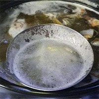 Bọt màu đục xuất hiện trong nồi thức ăn khi nấu là gì, có độc không?