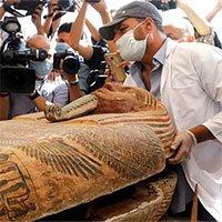 Các nhà khảo cổ Ai Cập mở nắp quan tài chứa xác ướp vẫn còn nguyên vẹn sau 2500 năm