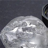 Cận cảnh viên kim cương siêu to khổng lồ 442 carat