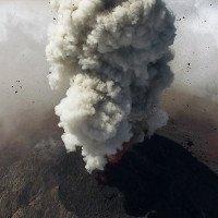 Cảnh núi lửa phun tuyệt đẹp quay bởi drone