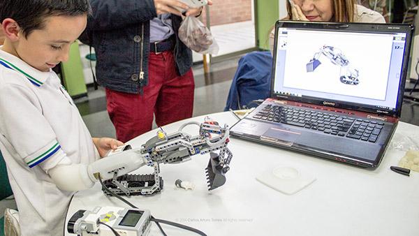 Cánh tay giả giúp trẻ em khuyết tật sáng tạo với Lego