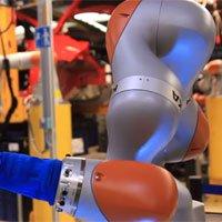 Cánh tay robot của Ford vừa biết ráp xe hơi vừa biết pha cà phê
