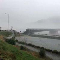 Cầu bắc qua sông bị thổi bay trong chốc lát ở New Zealand