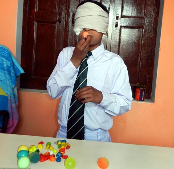 """Cậu bé Ấn Độ nhìn bằng """"con mắt thứ 3″"""