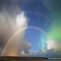Cầu vồng kép xuất hiện cùng cực quang trên bầu trời đêm