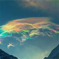 Chiêm ngưỡng mây cầu vồng hiếm thấy trên đỉnh núi cao nhất Siberia