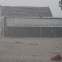 Chùm ảnh: Mưa lũ lịch sử ở Quảng Bình, nước ngập quốc lộ 1A hơn một mét, xe cộ chôn chân hàng km