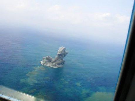 Cột khói bụi khổng lồ nhô lên từ biển