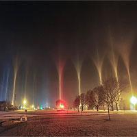 Cột sáng nhiều màu rọi lên trời ở thành phố Mỹ