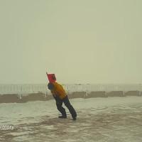 Cuồng phong thổi bay nhà khoa học trên trạm khí tượng